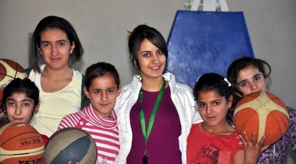 Silopi'De Kizlar Basket Öğreniyor