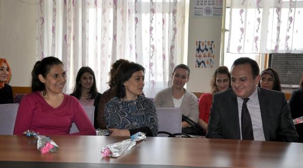 Silopi'de Polis Öğretmenlere Çiçek Dağitti