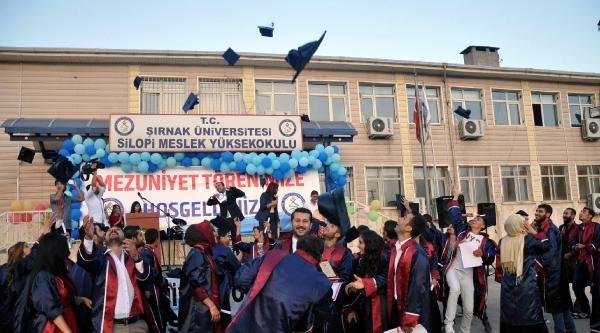 Silopi'de Üniversitelilerin Mezuniyet Coşkusu
