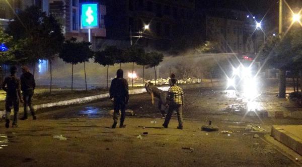 Silvan'da Gösteri Yapan Pkk Yandaşları Polis Yaraladı