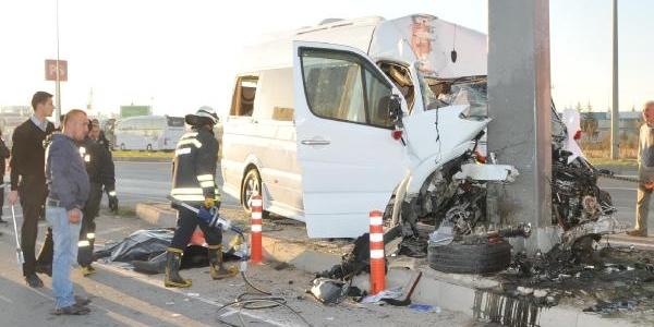 Sirk Çalişanlarini Taşiyan Minibüs Direğe Çarpti: 2 Ölü, 9 Yarali