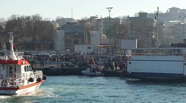 Sirkeci'de Arabalı Vapura Girmek Üzere Olan Araç Denize Düştü (1)