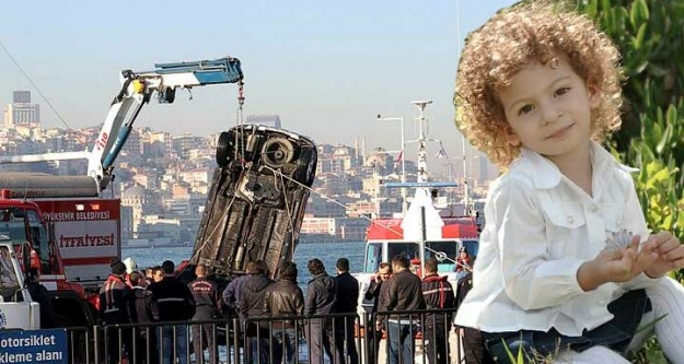 Sirkeci'de arabalı vapurdan denize araç düştü!