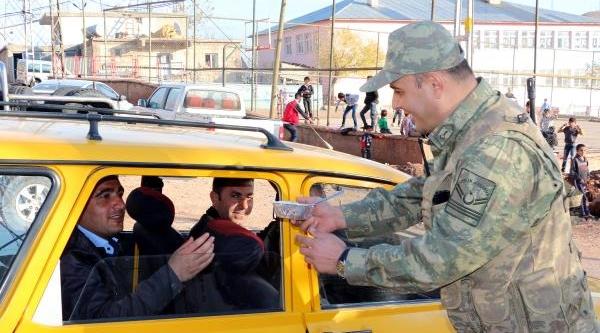 Şirnak-Siirt Yolunda Jandarmadan Vatandaşlara Aşure Ikrami