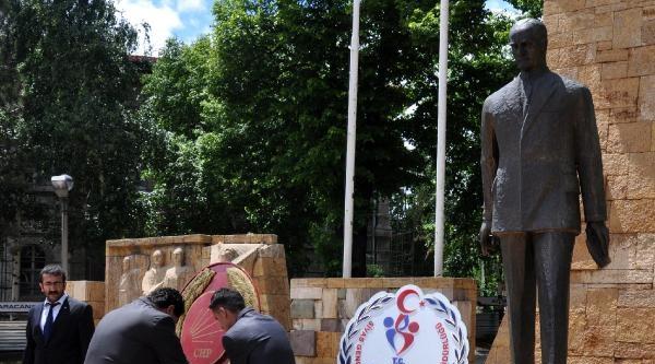 Sivas'ta Chp Atatürk Anıtı'na Çelenk Koydu