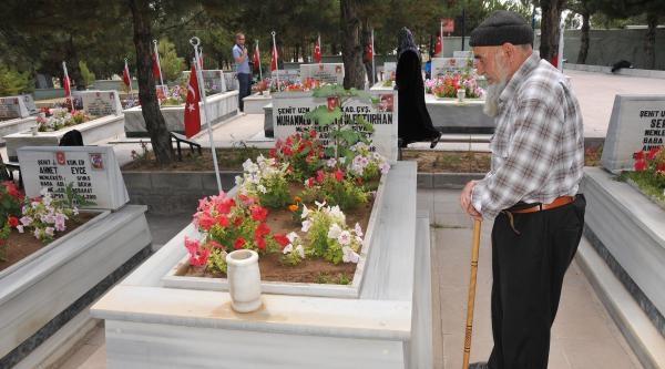 Sivas'ta Şehitliğe Ziyaretçi Akını