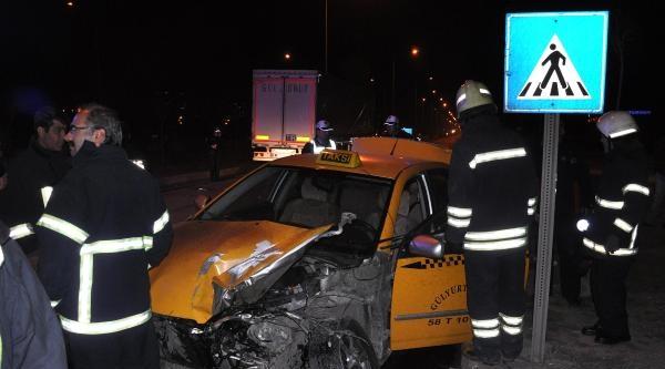 Sivas'ta Tır Taksiye Çarpti: 5 Yaralı