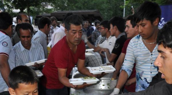 Sivas'ta Yaşayan Mültecilere İftar Yemeği Verildi