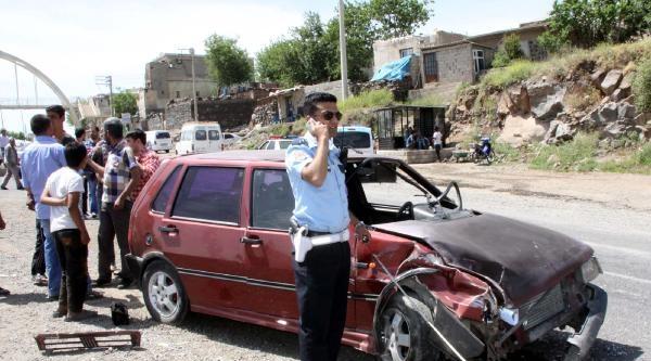 Siverek'te 2 Otomobil Çarpişti: 3 Yaralı
