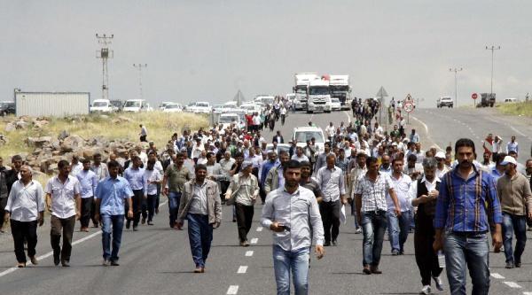 Siverek'te Çiftçiler Karayolunu Ulaşıma Kapattı
