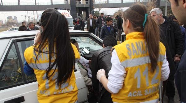 Siverek'te Otomobiller Kavşakta Çarpişti: 4 Yarali