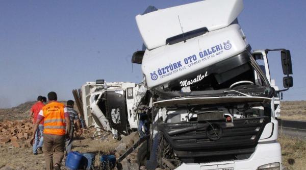 Siverek'te Tır Kamyona Çarpti: 2 Yaralı