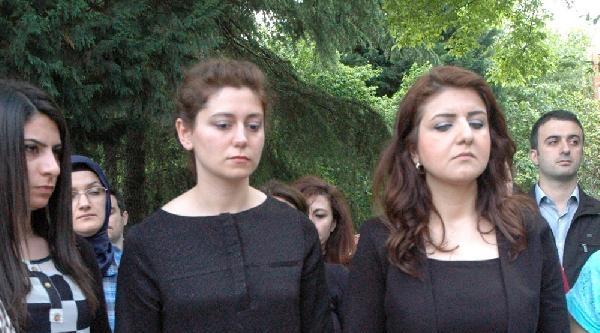 Siyah Kıyafetle 3 Dakika Saygı Duruşu