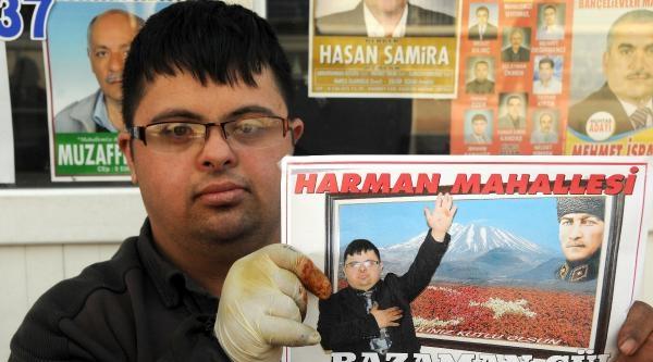 Siyasilere Özenen Ayakkabı Boyacısı Ramazan Afiş Bastırdı