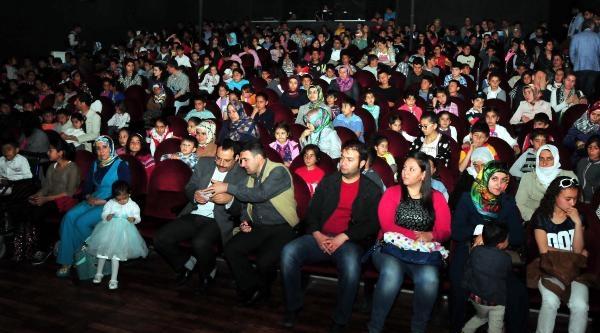 Sokak Çocuklarinin Tiyatro Gösterisi