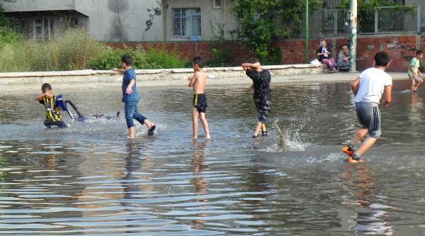 Sokakta Yağmur Havuzu