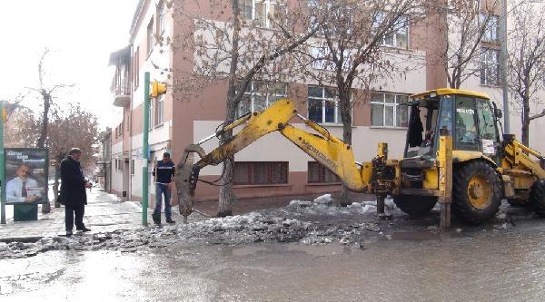Sokaktaki Buzlar İş Makineleri İle Kırılıyor