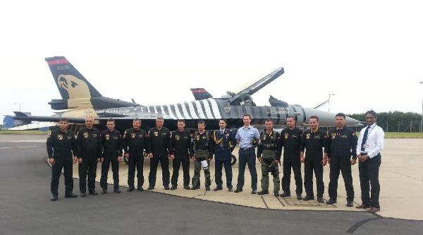 Solotürk İngiltere'de Gösteri Uçuşu Yaptı