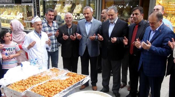 Soma'da Ölenler İçin Erzurum'da Lokma Dağıtıldı