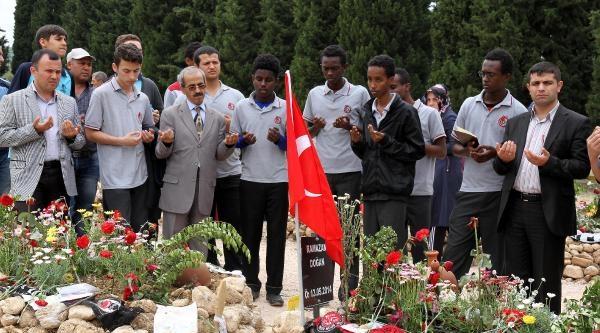 Somalili Öğrenciler De Madenciler İçin Dua Etti
