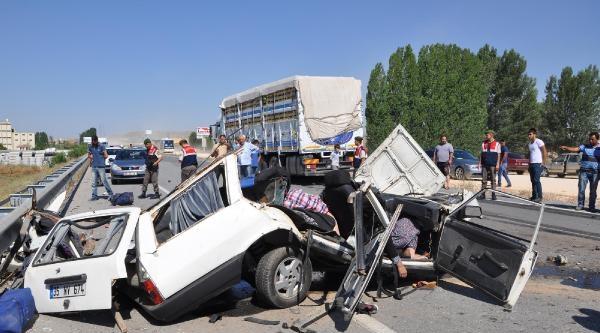 Sorgun'da Otomobil Kamyonun Altına Girdi: 5 Ölü