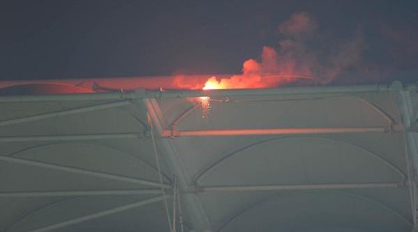 Stadin Çatisina Atilan Meşale Korkuttu