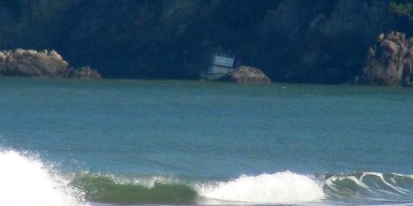 Su Alan Balikçi Teknesi Kayaliklara Oturdu