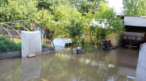 Su Borusu Patladı, Etrafı Sular Bastı