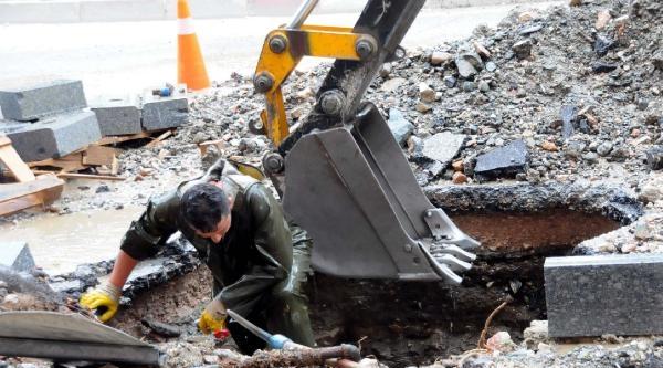 Su Borusu Patladı, İşçiler Sırılsıklam Oldu