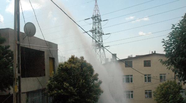Su Borusu Patladı:  Yol Çöktü, Sokak Göle Döndü, Evlerde Hasar Var  (2)