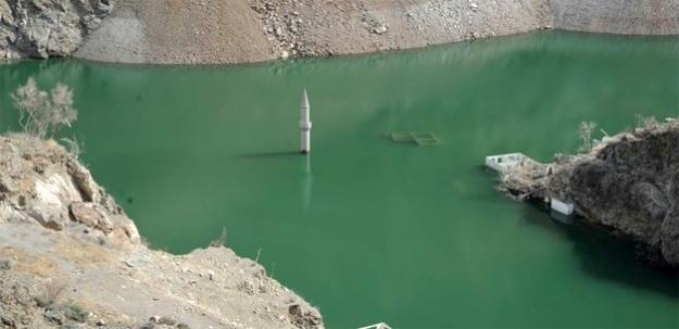 Su indi, cami minaresi ortaya çıktı
