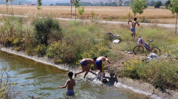 Sulama Kanalında Serinlediler