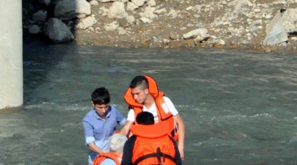 Sular Yükselince Nehir Yatağında Mahsur Kaldılar