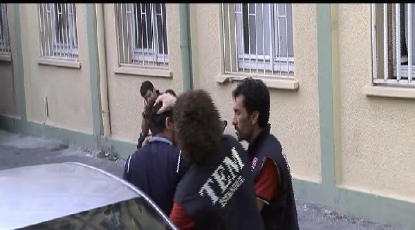 Şüpheli, Ensesinden Ve Kollarından Tutan Polislerle Tartıştı