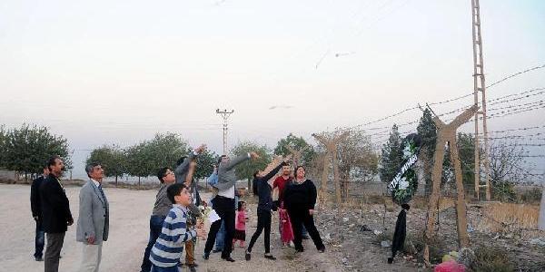 Suriye Sinirindaki Duvara Siyah Çelenk