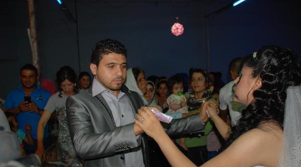 Suriye'den Kaçan Çift Torbalı'da Evlendi