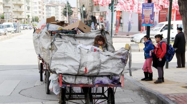 Suriyeli Aile, Gaziantep'te Atık Kağıt Toplayarak Geçiniyor