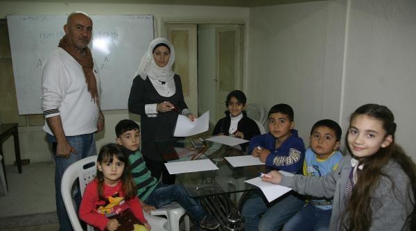 Suriyeli Çift Çocuklara Eğitim Veriyor