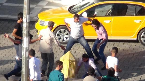 Suriyeliler Cadde Ortasında Kavga Etti