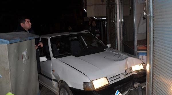 Sürücü Fenalaşti, Otomobil Firin Kapisina Çarpti