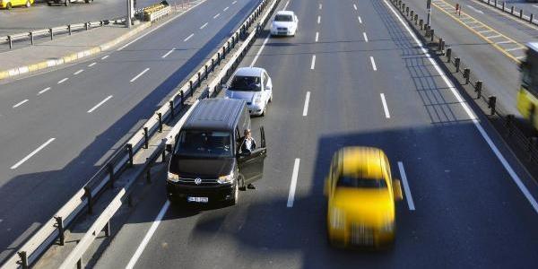 Sürücüler D-100 Karayolu'nda Ata'ya Saygi Duruşunda
