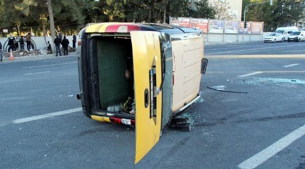 Taksi Devrildi,  2 Kişi Yaralandi