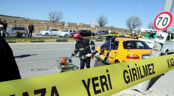 Taksi Direğe Çarpti, Sürücü Öldü