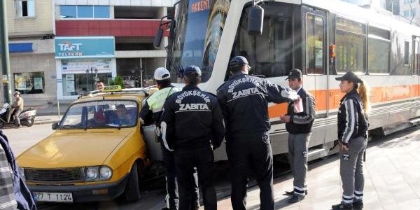 Taksi Tramvaya Çarpti