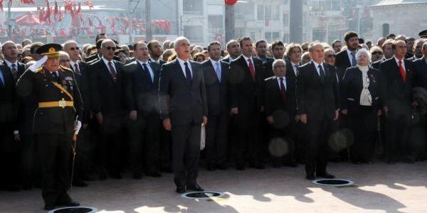 Taksim Cumhuriyet Aniti'nda Tören