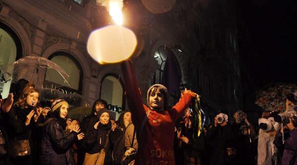 Taksim Meydanı'na Çikmak İsteyen Kadınlar İle Polis Arasında Gerginlik