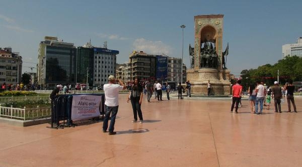 Taksim Meydan'ında İlginç Pankart