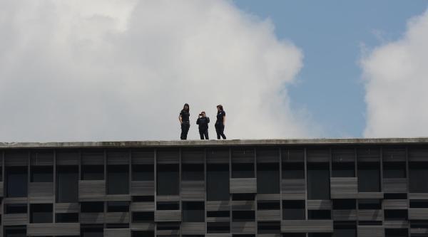 Taksim Pazar Gününe  Sakin Girdi, Kadın Polisler Selfie Yaptı