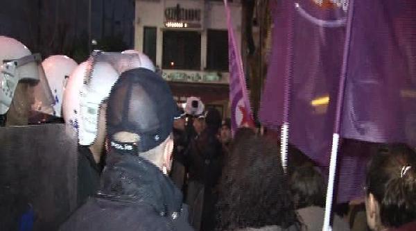 Taksim'de Eylemci Kadınlar İle Polis Arasında Arbede