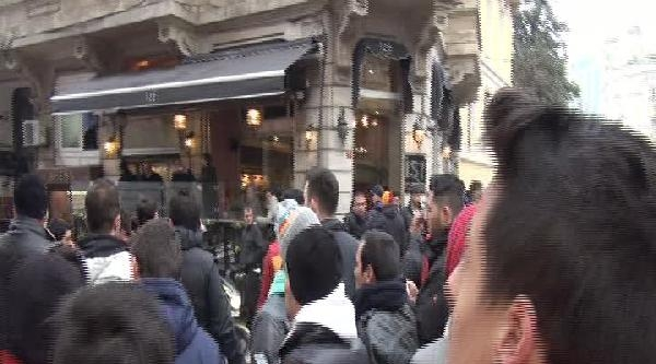 Taksim'de Galatasaray Ve Chelsea Taraftarı Arasında Gerginlik